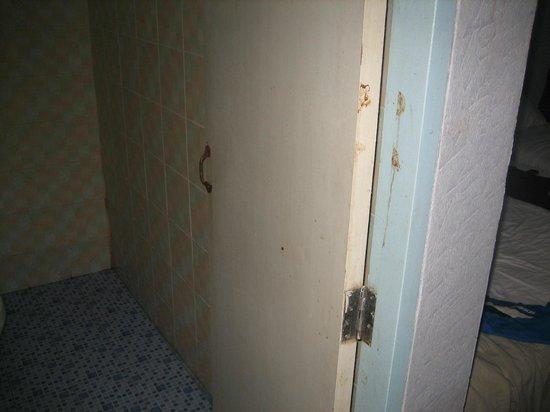 Phi Phi Don Chukit Resort: Дверь в ванную комнату