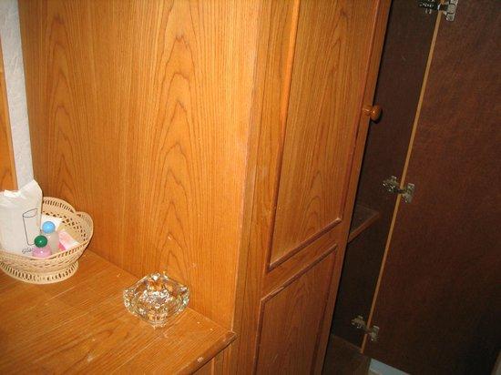 Phi Phi Don Chukit Resort: Шкаф в номере