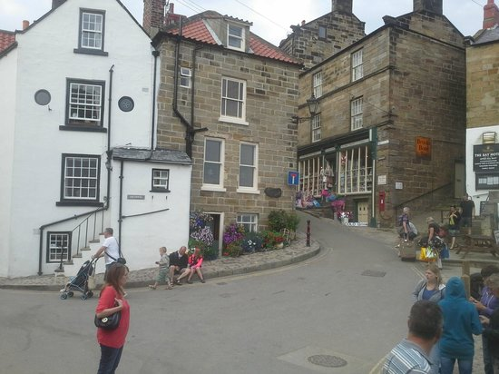 Smugglers Bistro and Accommodation: surrounding little shops and homes