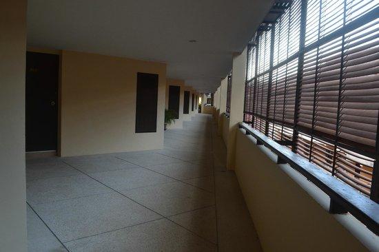 Krabi La Playa Resort: Проход к комнатам