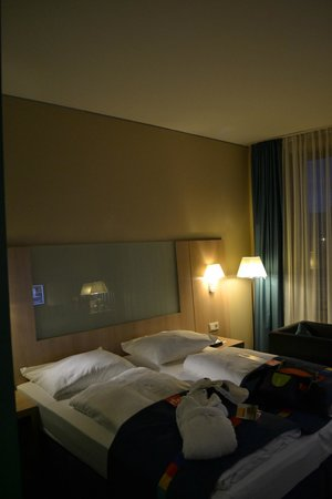 Park Inn by Radisson Stuttgart: Although bed is queen size, it is made as two individual beds (no sheets but only a doona/eider