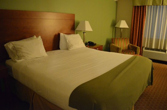 Holiday Inn Express & Suites Niagara Falls: Кровать