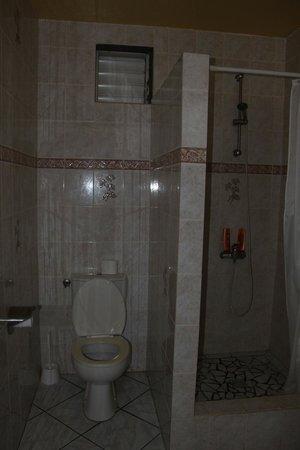 Les Petits Saints: douche et toilette
