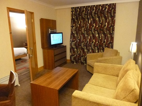 Hilton Coventry Hotel: Suite lounge area