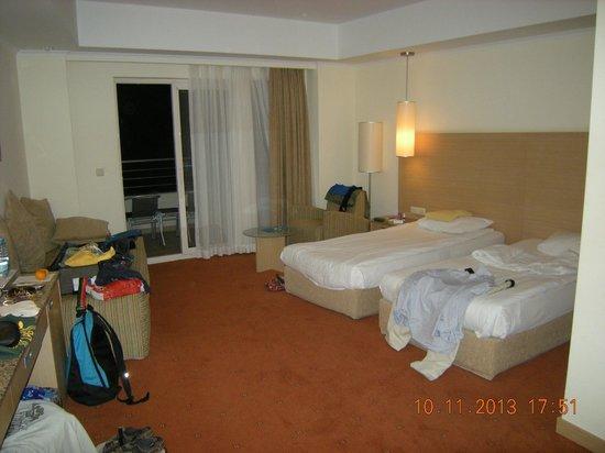 Sealight Resort Hotel: Unser großes Zimmer von der Tür Richtung Balkon