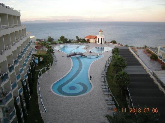 Sealight Resort Hotel: Diese Zimmeraussicht zeigt nur eine Hälfte des spiegelbildlich angelegten Hotels