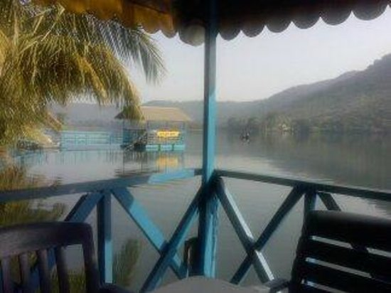 Aylos Bay Guest House: early morning view on the lake