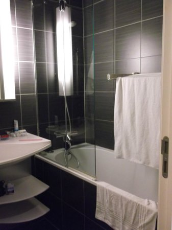 Adagio Brussels Grand Place : shower and bath