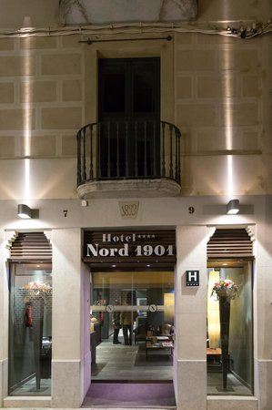 Nord 1901: Hotel entrance at night