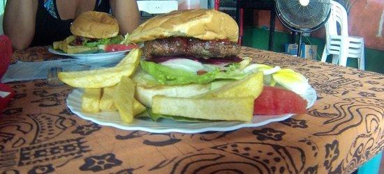 Ari Home Stay & Hot Dog Shop : L'hamburger australien