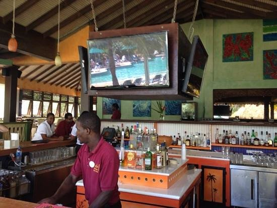 Coco Palm Resort: The friendly bar where to start and finish the day!