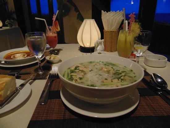 Muine De Century Beach Resort & Spa: для сравнения, слева тарелка европейского супа, в центре местный суп Фо)