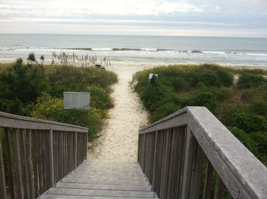 Marriott's Monarch at Sea Pines: The view as you step out onto the beach from the Monarch Resort