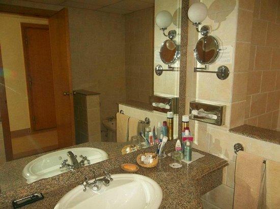 Badkamer met douche en bad, dubbele wastafel - Foto van Dana Beach ...