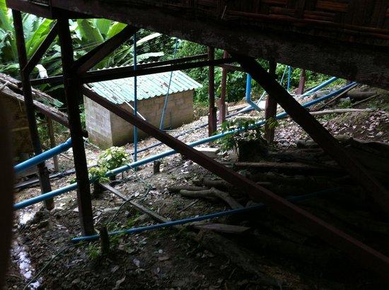 Phi Phi Power Beach Resort: Defektes offenliegendes Wasser- und Abwasserleitungssystem