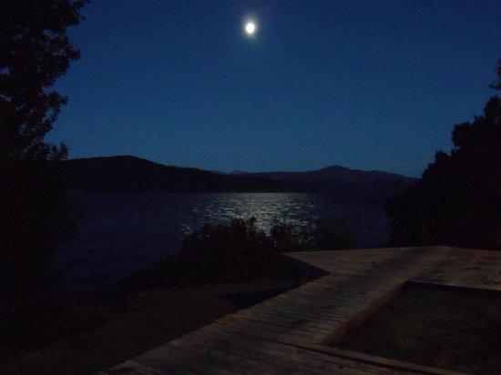 Apart Hotel Cabanas Balcon al Lago: Noche de luna llena desde el deck