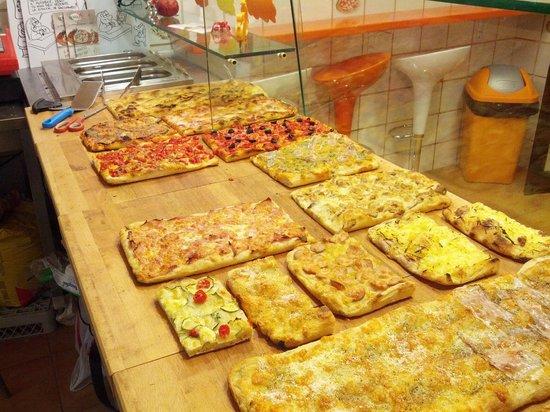 bancone con un po di pizze! - Foto di Pizza Mix, Roma - TripAdvisor