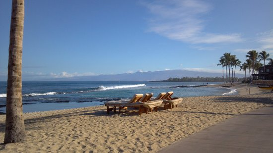 Four Seasons Resort Hualalai: amazing oceanfront location with nice walking/jogging path along the coast of the property
