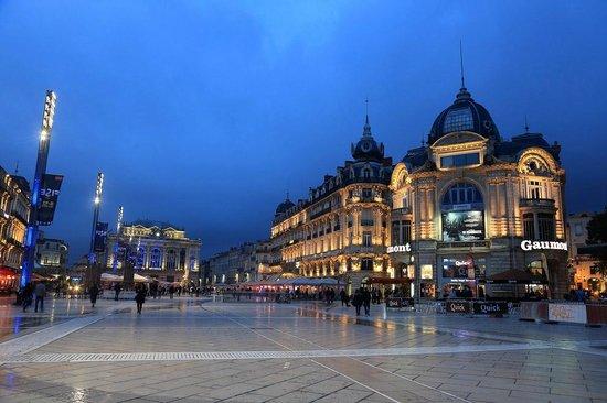 Hotel de Paris: Площадь Комеди вечером