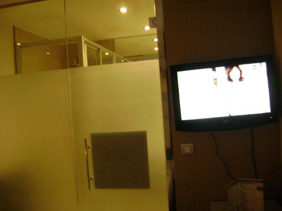Petit Palace Opera : Casa de banho virada para o quarto com paredes de vidro!