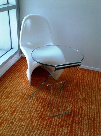 Harris Hotel & Conventions Festival CityLink: kursi dan meja yang futuristik