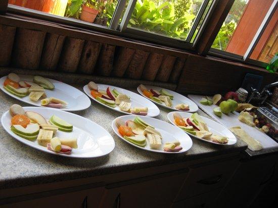 Kaimana Inn Hotel & Restaurant: Breakfast Plate awaiting Omelet and Toast