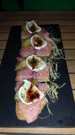 Sergio Megias Gastrobar : Rebaná de salmón, manzana y queso de cabra