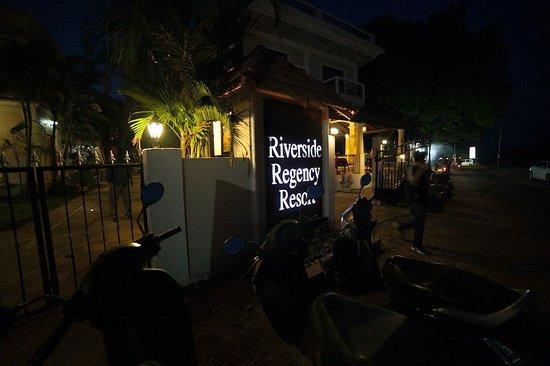 Riverside Regency Resort: вечер, главный вход