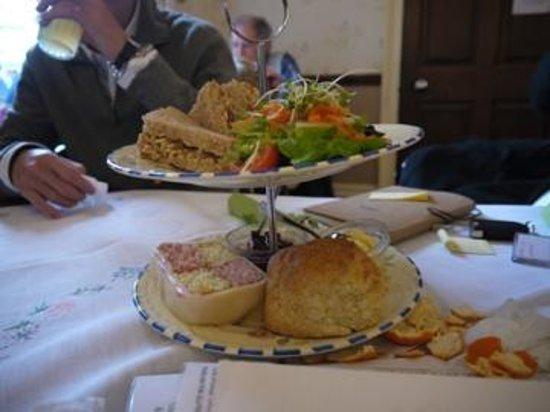Georgian Tea Room & Restaurant: Tradtional afternoon tea: Cheese whit chutney Sandwich and battenberg cake