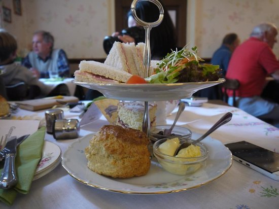 Georgian Tea Room & Restaurant: Tradtional afternoon tea: Cold meat Sandwich and Victoria sponge cake