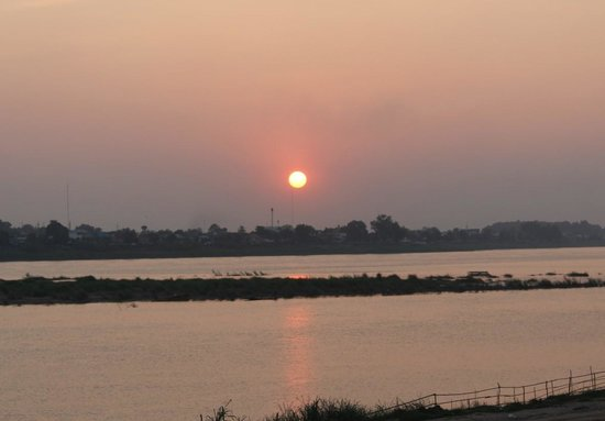 Ansara Hotel: Sunset at the Mekong River
