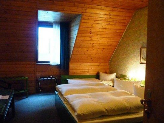 Hotel-Restaurant Buger Hof: Quarto simples e agradável