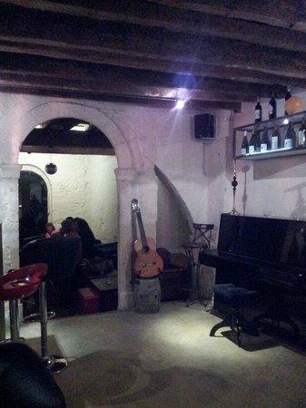 Le Clandestin : Une guitare et un piano...