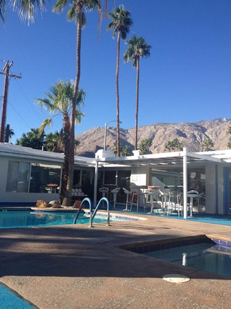 Palm Springs Rendezvous : interior courtyard, mornings