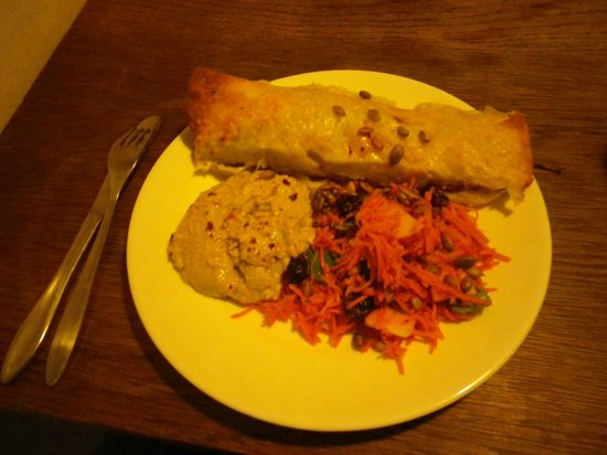 Morgenstedet : Tortilla with carrot salad and humus: excellent