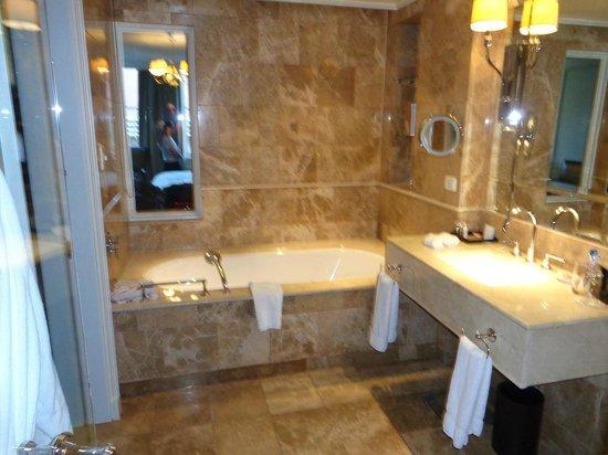 Taj Cape Town: Salle de bain avec marbre très agréable.