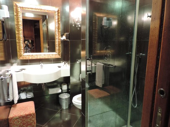 Boutique Hotel Campo de Fiori: the updated and nice bathroom with amenities