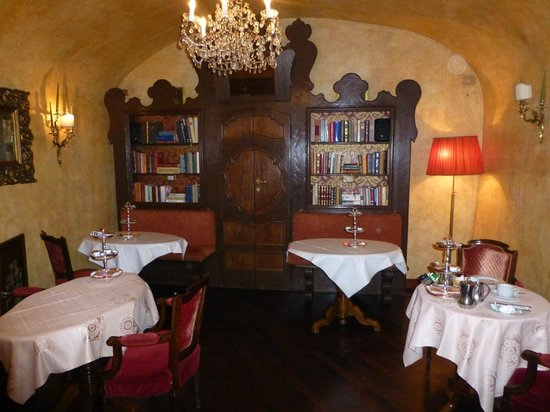 Boutique Hotel Campo de Fiori: the breakfast dinning area, they call it the library- it's comfortable and cozy- great breakfast