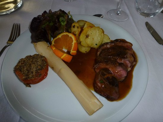 Hotel du Chateau: Hotel restaurant: asparagus and lamb