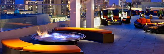 Andaz San Diego : Bar and Seating Area on the Rooftop