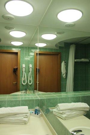 Novotel Poznan Centrum: Bathroom - 1st day, still clean