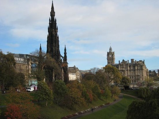 Mercure Edinburgh City - Princes Street Hotel: Pronces St Gardens with hotel in background