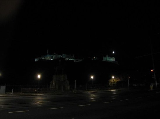 Mercure Edinburgh City - Princes Street Hotel: View of Cast at night