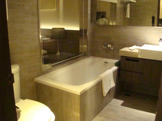 Park City Hotel-Luzhou Taipei : Reasonable size bathtub