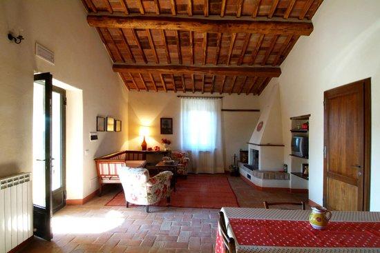 Soggiorno con camino - Picture of Agriturismo Cosona, Pienza ...