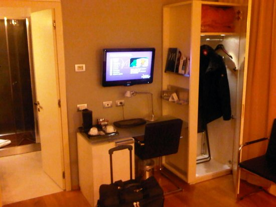 Mercure Milano Solari : Desk and one of the two closets