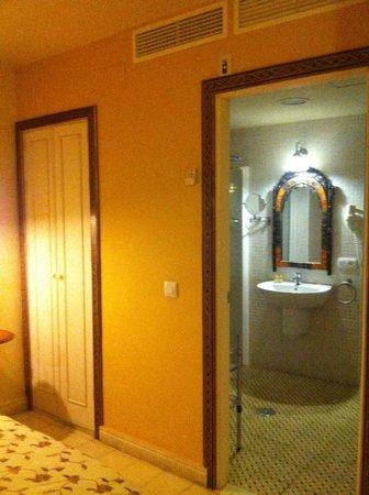 Hotel Argantonio: Salle d'eau vue de la chambre