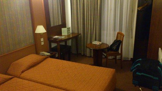 Abrial Hotel: Une chambre quelque peu austère mais assez spacieuse