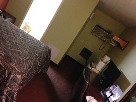 Americas Best Value Inn - Manchester: Room - looking towards bathroom & AC/Heat units