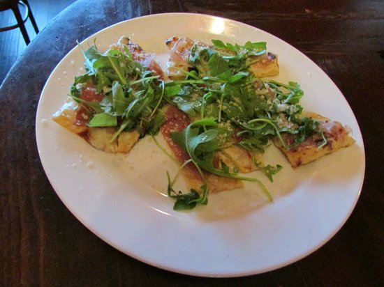 Ponte Mollo: Delicious grilled, flatbread pizza